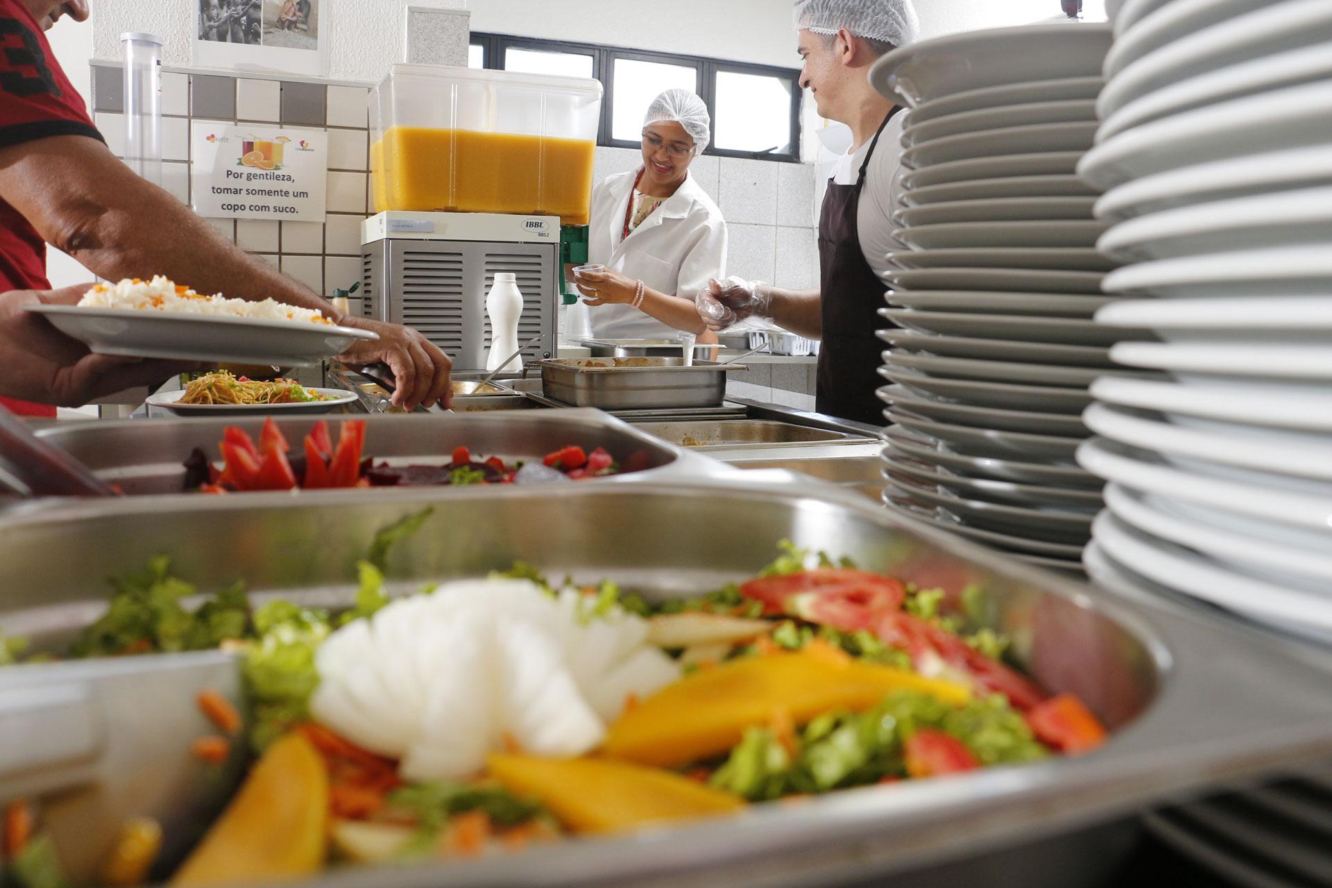 Nada como sentir o aroma de uma refeição feita na hora. Os Restaurantes Corporativos da QUALIX REFEIÇÕES dão a oportunidade aos nossos clientes de desfrutar desse privilégio. Montamos e administramos uma cozinha em sua empresa, adequamos o cardápio conforme sua necessidade.